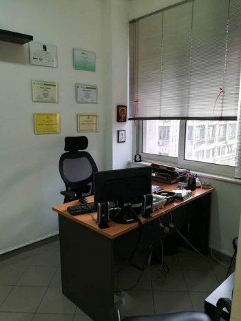 γραφείο με υπολογιστη πελεκαση
